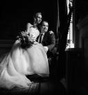 Bruidspaar zwart wit voor raam